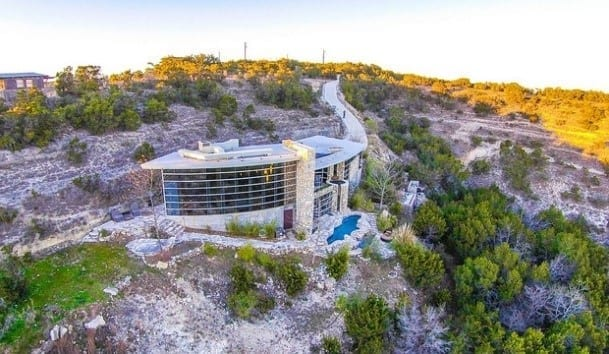 La Vida offers you a view like no other in the Texas Hill Country. As a result, this romantic Hill Country getaway promises a breathtaking choice for your next vacation.